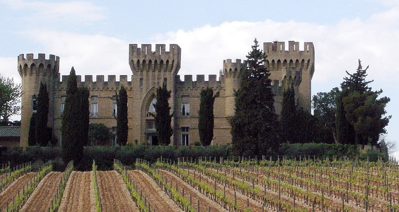 1024px-Chateauneuf_vineyard_&_castle